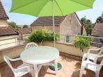 Terrasse privative avec salon de jardin et chaises longues