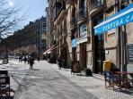 el barrio... la plaza Easo desde la cual parte la calle autonomía. Un lugar animado y popular.