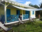 la villa jaune vue du jardin avec sa voile d'ombre et le BBQ
