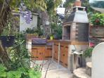 terrasse extérieure avec BBQ et plancha