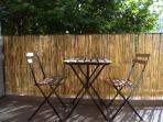 Balcon. Table & 2 chaises pliantes.