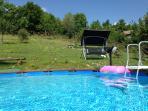 La piscina privata e il dondolo