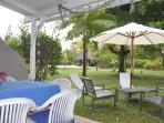 Salle à manger et salon de jardin avec vue sur la piscine