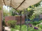 Terrasse extérieur donnant sur le jardin fleuri