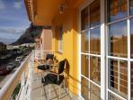 El balcón con la vista a la avenida ** The balcony with avenue view