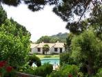 Vista piscina y jardín comunitario