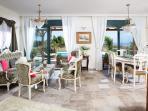 Living room Villa Adoni view to the garden / Pool aerea