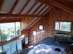El amplio dormitorio ocupa todo el entrepiso. Tiene 3 x 6 mts.