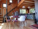 Living, cocina y comedor integrados en un único espacio moderno