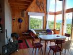 El living abierto a los ventanales doble altura