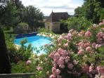 Clos des Pélissous - Pool and blossoming rosiers