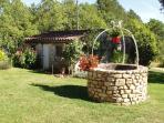 Le puits et le cellier qui abrite vins de la région, trésors de notre potager, confitures maison.