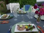 Bon appétit! En été, tables individuelles dressées dans le jardin.