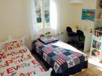 chambre enfant 2 lits simples. kids bedroom with 2 single beds