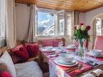 Enjoy a fondue with friends with continuous views of the matterhorn
