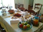 le nostre ricche colazioni con alimenti tipici e frutta di stagione