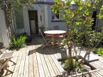 La terrasse, portes sur la cuisine, le salon et la salle à manger