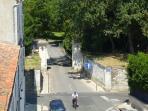 Vue sur la Porte Neuve et le Parc Charruyer depuis la pièce de vie