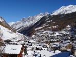 Aussicht auf das Dorf Zermatt und Bergwelt im Winter