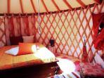 Interni Yurta, camera matrimoniale con lettino