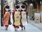 Maiko walking down the Miyagawa-Cho street (5 min away)