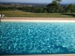 la piscina e la vista verso la pianura