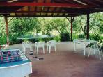 tettoia con tavolo da ping pong e calcio balilla