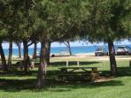 accés à la plage avec parking ombragé à 1,5 km de la maison