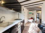 Cocina - Comedor   Mesa para 6-8 comensales   terraza al fondo con barbacoa