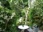 le jardin privatif et la terrasse du studio