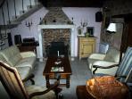 vaste salon séjour bien éclairé avec plafond à la française traditionnel
