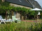 Sunbathe in the garden and then enjoy a barbecue
