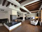 Salón de 90m de Villa Cornelius. Con Chimenea, zona de estar, comedor, PC, equipo de música y WiFi
