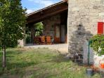 La terrasse couverte avec meubles en teck 2015 et terrain de 1700 m2 dans le bourg de charme.