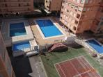 Tres piscinas con ducha: 1 extra grande y 2 infantiles, con socorrista. Pista de tenis comunitaria.