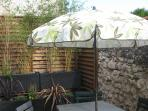 TERRASSE Plein Sud avec parasol - table - chaises - barbecue