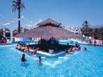 bar hawayano en una de las piscinas