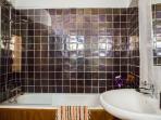 Bathroom with a shower, handbasin, toilet and bidet