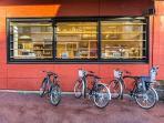Presentacion de nuestras bicicletas frente a la biblioteca en la calle