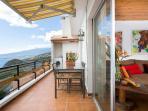 Terraza, con barbacoa , mesa, y lavadora.. ideal para disfrutar de maravillosas vistas