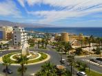 Entorno de la vivienda con amplias zonas verdes junto al Puerto de Roquetas.