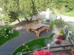 vue du gîte sur la terrasse extérieure