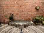 Patio interior de Totestiu con fuente