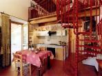 La cucina soggiorno con angolo cottura e comodo divano letto a due posti