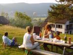 Espace barbecue avec salon de jardin et vue sur montagne et vallée