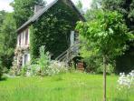 Dans un cadre verdoyant , le gite se trouve à côté de notre maison sur un terrain de 4000 m2