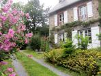 Le gite de l'Hullerie en été avec terrasse, jardin et piscine privée  pour les hôtes.