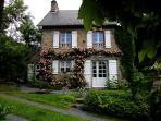 Le gîte en Juin avec son treillis de roses, vu depuis la maison des propriétaires qui logent à côté.