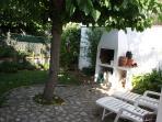 Jardín trasero con barbacoa privado