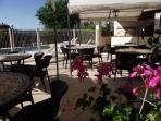 Terrasse commune à côté de la cuisine d'été face à la piscine